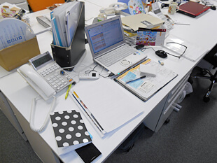 デスクの上にモノが溢れていませんか?デスクがごちゃついていると、仕事中探しモノばかりでかなり非効率。集中力も散漫になりがちです。しまいに、デスクに溢れた書類  ...